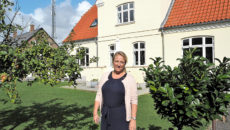 Marianne Milter Bay foran den store kaptajnsvilla, der har plads til både familien, der tæller fire børn, og firmakontor.