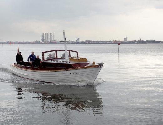 Det var en flok stolte og glade frivillige, der sejlede Martha hjem til Fanø. Han anduver hun Nordby Havn.