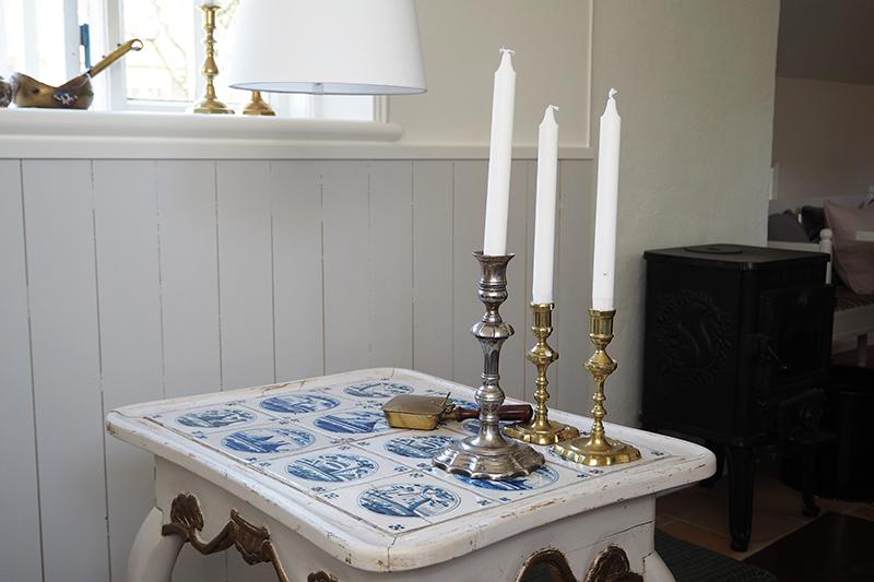 Huset har flere små borde med de traditionelle gamle fliser.
