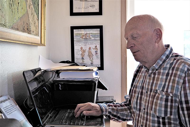 Knud Thyboe Hansen driver højskolen fra sit skrivebord.