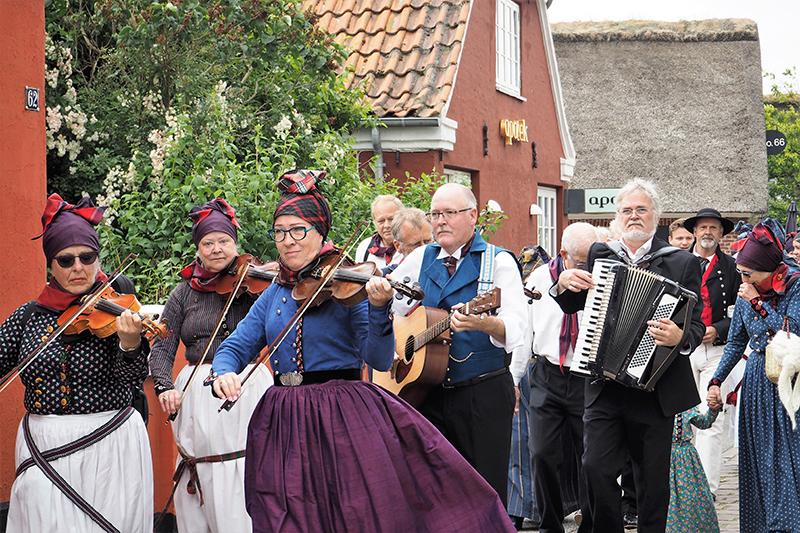 Det festlige optog gennem Nordby.