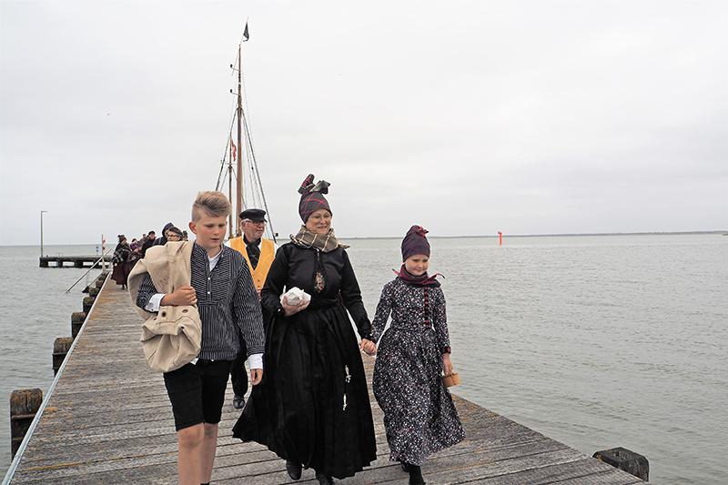 Familien modtager sømanden i havnen.