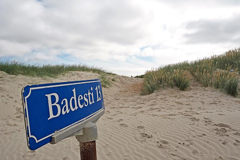 Badestierne ved Rindby Strand skal have ny belægning af flis, da det gamle flis-lag næsten er slidt helt af.