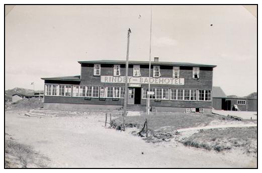 Rindby Badehotel var med sine to etager den ubetinget største bygning i sommerhusområdet. Foto: mitfanoe.dk.
