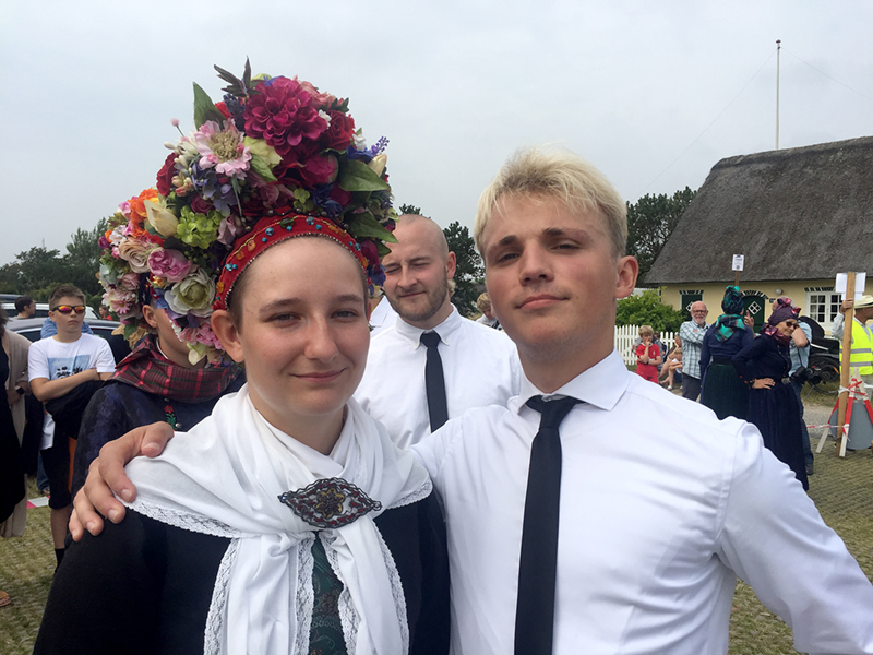 Selv om man skal danse brudedans seks gange på en dag, kan man godt være både stolt over og glad for at være med til at holde en unik tradition i hævd – ikke mindst når brudens blomsteropsætning er så smuk.