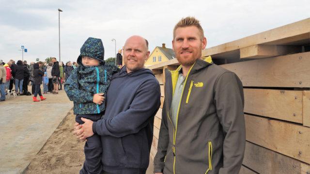 Tømrer Jacob Rasmussen (th.) og entreprenør Simon Martinsen, der havde taget sin søn Peter med til indvielse af 'Svenskeren' på en grå og regnvåd 15. juni.