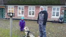 Helen Dörte Mähler med datteren Maya Fenja og hunden Karmel.