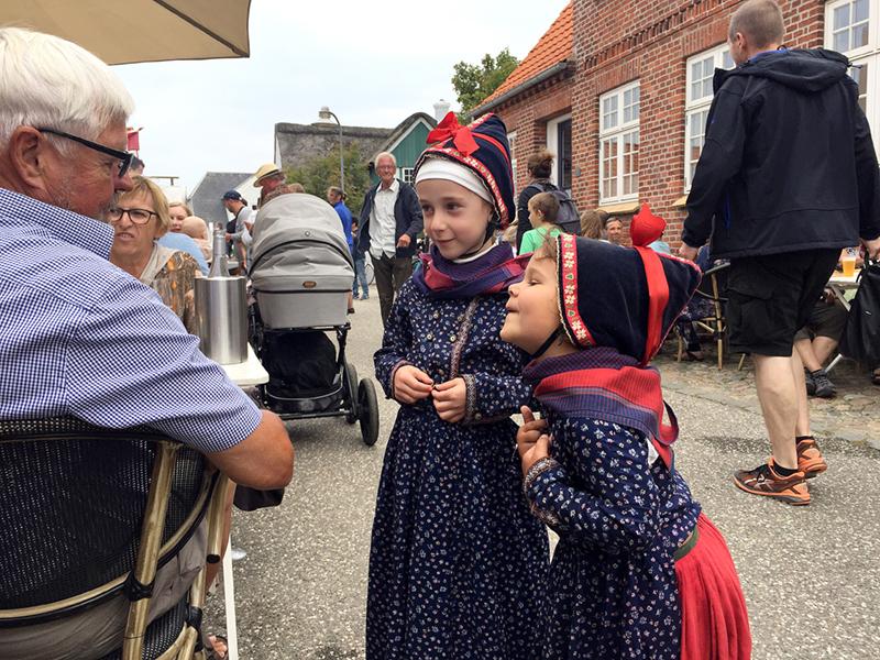 Som altid var mange børn og unge iført de traditionelle klædedragter, og det gav anledning til mange gode snakke på tværs af alder.