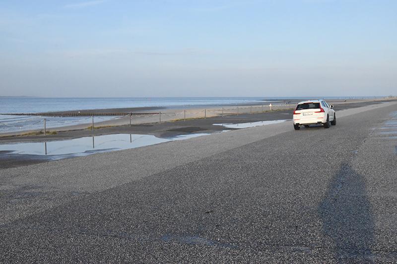 Ved Weststrand er et bredt areal asfalteret, så man kan parkere her. Norderneys borgmester Frank Ulrichs ved godt, man må køre på stranden på Fanø og er lettere chokeret over det.