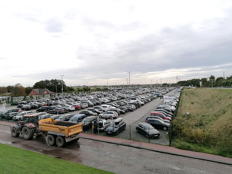 På fastlandet ved Norddeich har rederiet Norden Frisia kæmpestore parkeringspladser til turisternes biler.