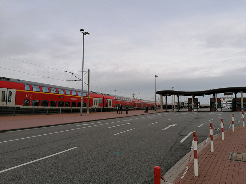 Deutsche Bahn har tog lige til færgelejet, så man kan komme videre til Norderney og søsterøen Juist, som er helt bilfri.
