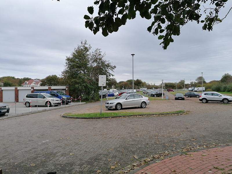 Overalt på Norderney er der parkeringspladser, hvor turisterne kan stille bilerne. De har kun en time til at læsse af i deres feriehus og finde p-pladsen.