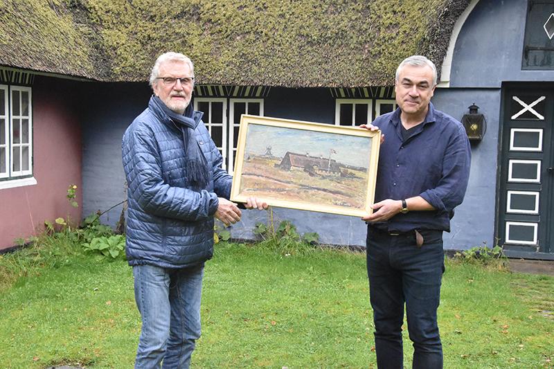 Finn Godsk overrækker Jacob Agersnap-maleriet til Nicolai Mallet. Set skal renses og får en hædersplads, lover den ny ejer.