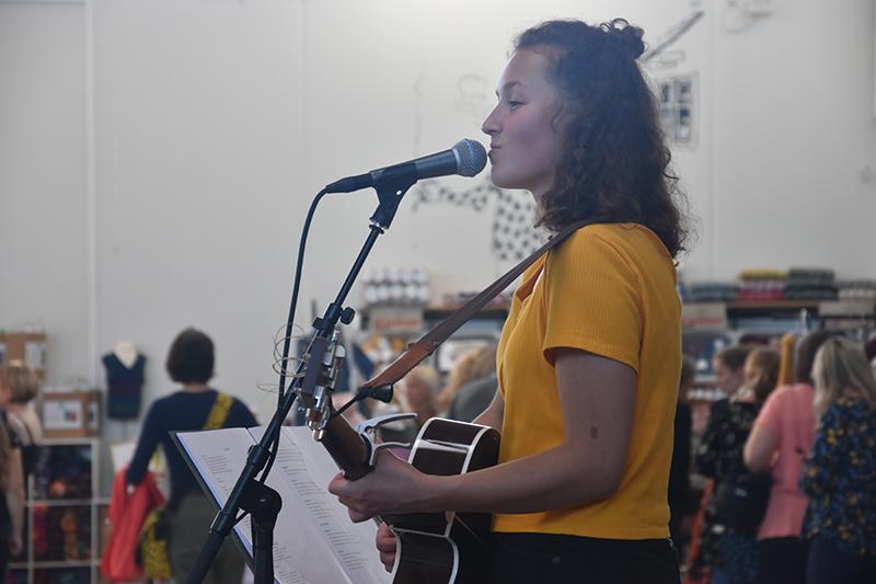 Andrea Florez var en af de musikere, der underholdt 'strikkedamerne' i Fanø Hallen.