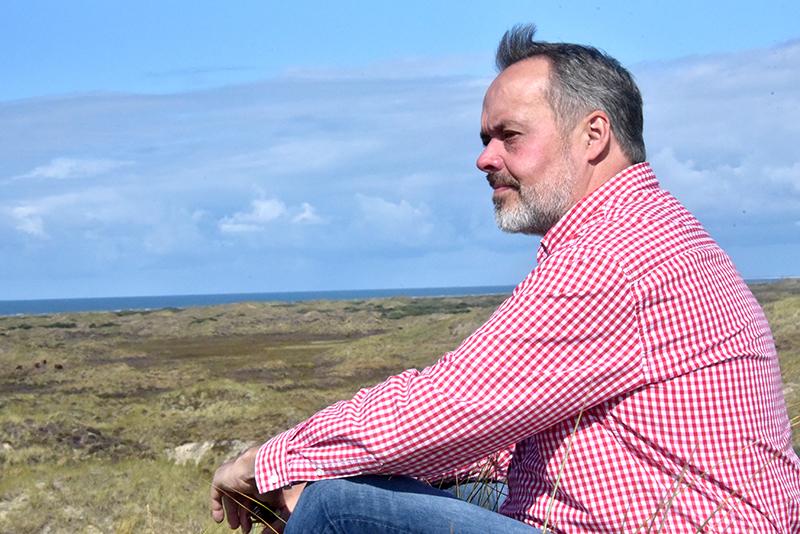 Erik Nørreby har et godt udsyn over den sydlige del af Fanø fra Havside Bjerge. Dette, øens ro og smukke natur, er dens fremtid, mener han.