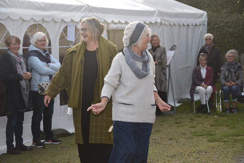 Fra Silken og Uldsnedkerens 'modesjov' i Sønderho. De to modeller er Annette Simoleit og Eva Martine Malling.