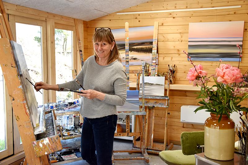 Tina Kolding i sit atelier i Sønderho