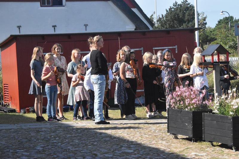 Tove de Fries og hendes hold af piger og drenge spillede foran Bakskuld for dronningen.