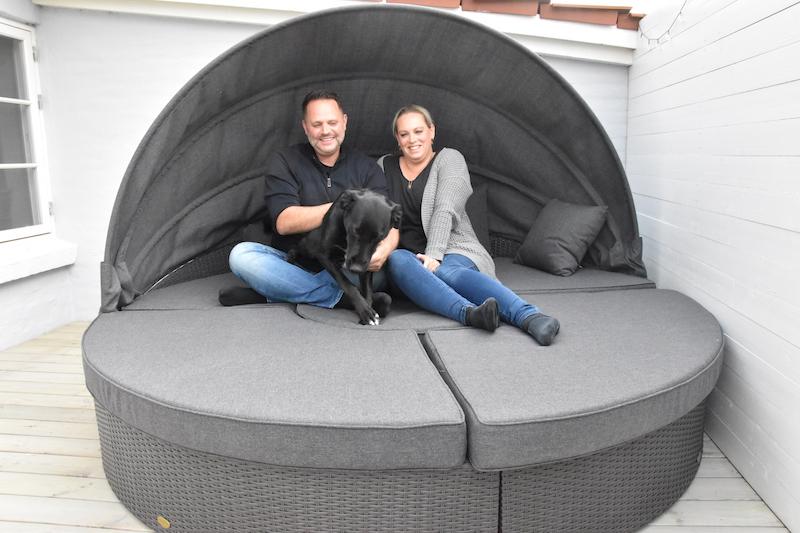 Denne skønne solseng er hentet i Tyskland, hunden vist også. Huset købte de i 2019.